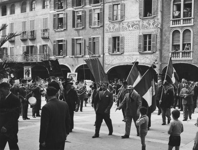 12 - Il corteo con bandiera e banda si raccoglie nella piazza centrale