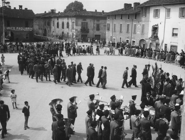 18 - La prosecuzione del corteo per l'intitolazione della piazza ad Antonio Locatelli