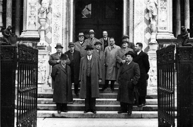 4 - Modena - Al centro il cav. Carlo Pagliarini, alla sua destra il figlio Giulio fra amici e collaboratori