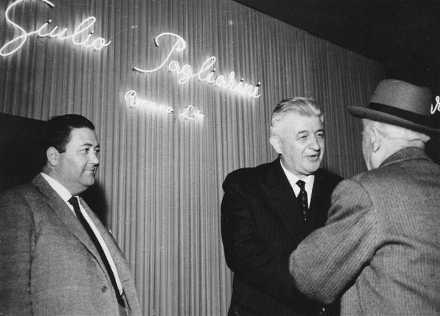 49 - All'esposizone della Fiera di Milano 1958 - Il sig. Giulio Pagliarini mentre saluta l'Ecc. Lepore