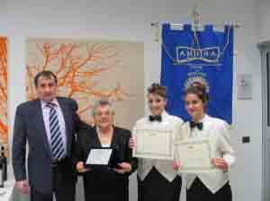 La coppia vincitrice con la signora Tiraboschi e il presidente Amira, Parimbelli.