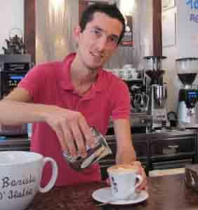 Dettagli allegato  Maurizio-Valli al-lavoro nel-suo bar di via San Bernardino a Bergamo.