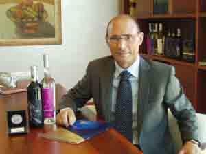Il-presidente-di-Quattroerre-Giampietro-Rota-con-le-bottiglie-premiate
