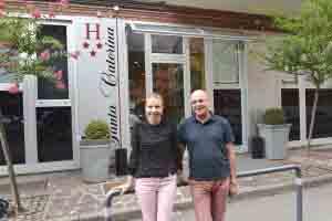Nadia Melnic e Bruno Orlandi davanti al loro hotel.