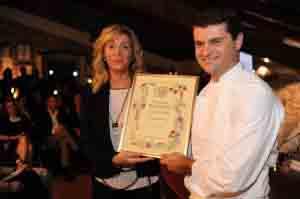 Roberta Bianchi consegna il diploma di vincitore a Bartolini.