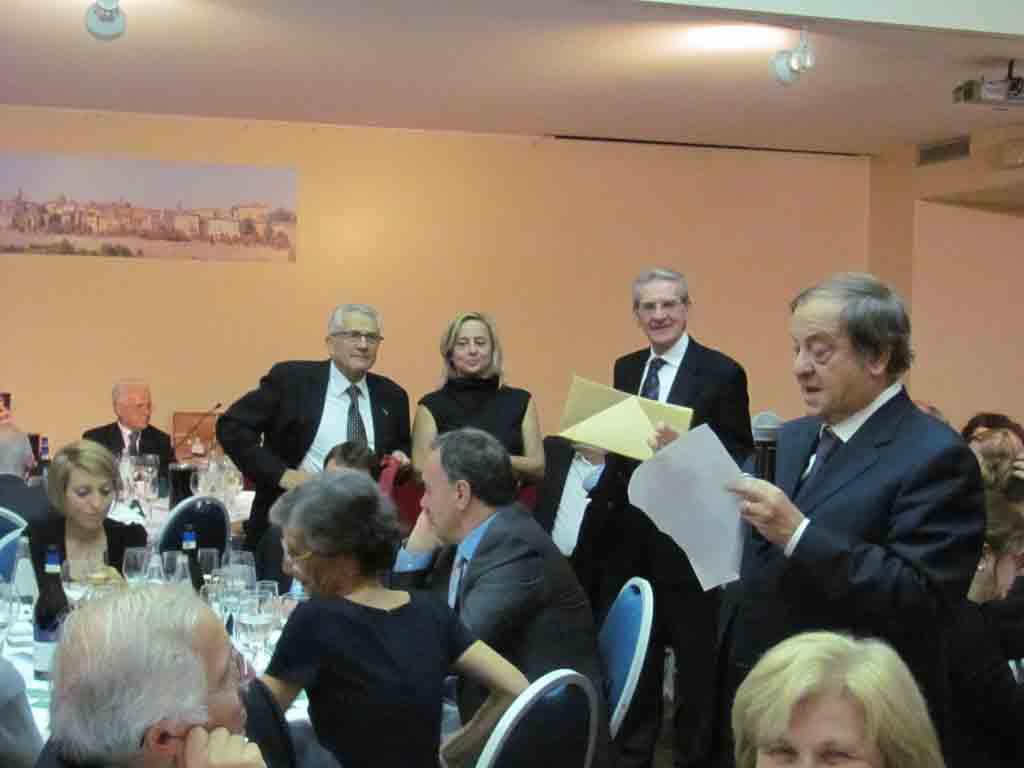 Il sindaco Tentorio impegnato nella assegnazione dei premi della lotteria.