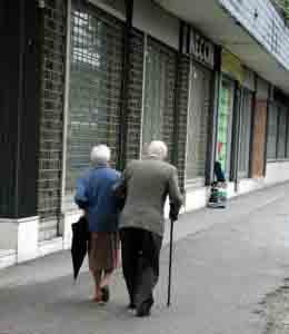anziani di spalle