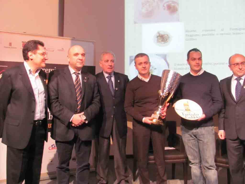 La premiazione del vincitore. Da sinistra, Gambacorta, Bertini, Colombo, Di Bernardo con il suo sous-chef e Claudio Zeni