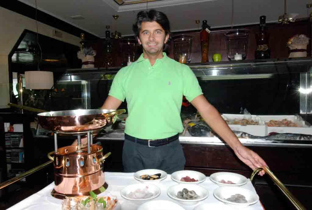 Il patron Diego Zanchi con l'atttrezzatura per un piatto espresso alla lampada.