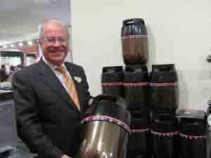 Riccardo Guadaupi  della Vinservice con i nuovi contenitori in polimeri per vino e bevande.