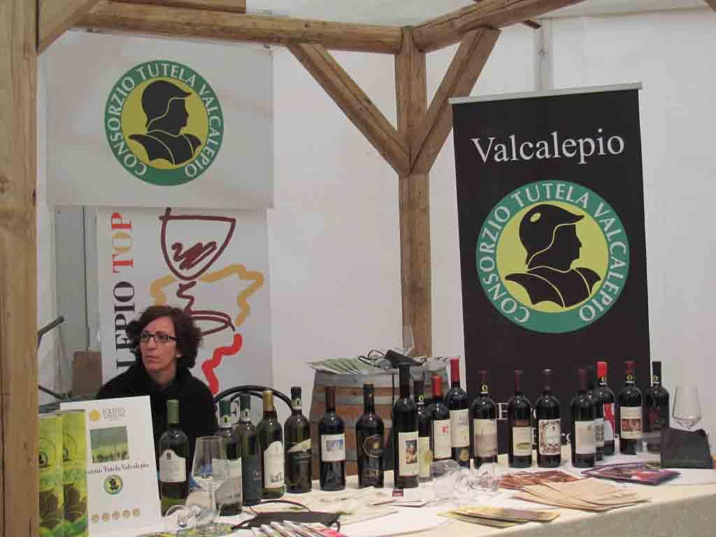 Lo stand del Consorzio Valcalepio ad una delle fiere locali alle quali partecipa.